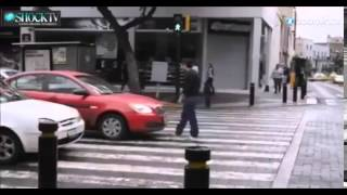 Mann erzieht Autofahrer an Zebrastreifen