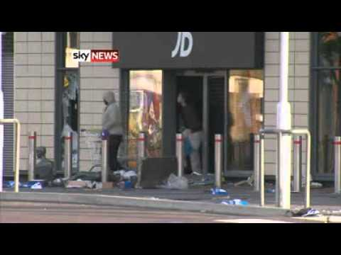 (family goes shopping) Tottenham Riots - Looting Of JD Sports In Broad Daylight