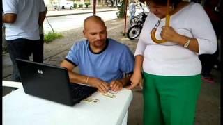 REPARTIENDO PUBLICIDAD EN PUESTO DE VOTACION CALI COMUNA 8.avi