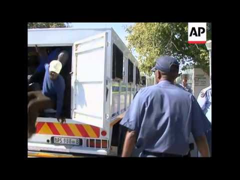Zimbabweans illegally cross border into SAfrica during economic crisis