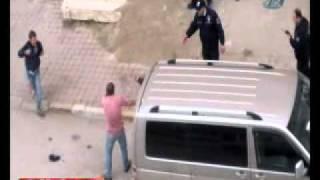 Repeat youtube video Bıçakla polise saldırdılar! - Gazete32