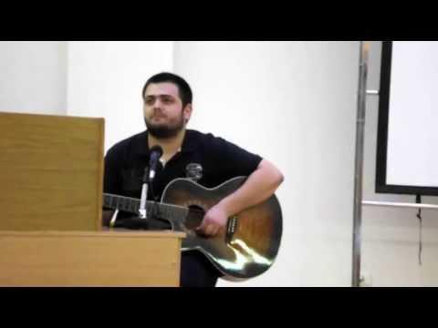 Эрдэм исполняет на турецком языке песню на гитаре!