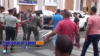 Hombre le da una trompada a coronel de la Policía durante protesta en San Francisco de Macorís