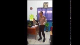 VIDEO LUCU POLISI NYANYI SAMBALADO SAMBIL JOGET