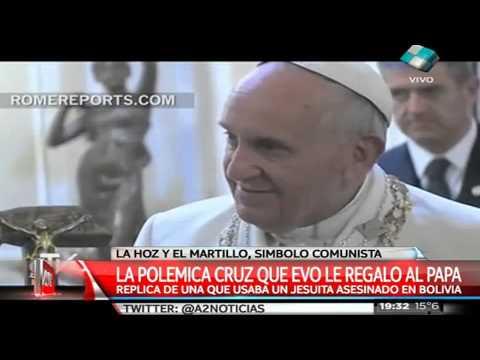 La historia detrás del atípico crucifijo que recibió el Papa