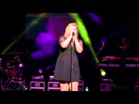 "Kelly Clarkson ""Shake it Off"" Taylor Swift cover Buffalo 10/25/14"