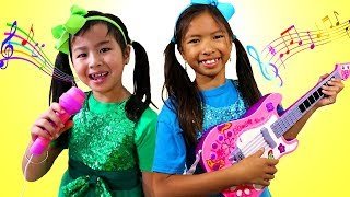 Wendy y Jannie Pretend Play Talent Show| Sing and Dance |Cantando Bailando |Canciones Infantiles