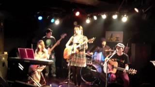 2012.6.10に池袋Admで行われた、松本佳奈×ヒーローツーマンライブの様子です。 曲は、「感謝と一歩」と、「Last Dance」2曲続けての演奏です。 感謝と一歩、着うた配信 ...