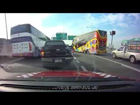 คลิปรถทัวร์ ลงมาหาเรื่องรถกระบะ บนทางด่วน ภาพจาก กล้องติดรถยนต์ กล้องหน้า