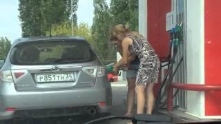 2 mujeres Rusas cargando gasolina .
