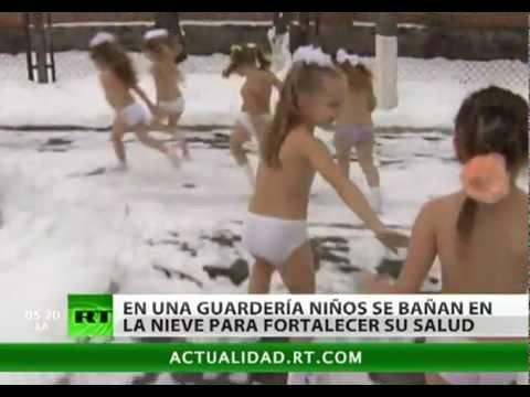 Baños de nieve, remedio para tener niños sanos en invierno