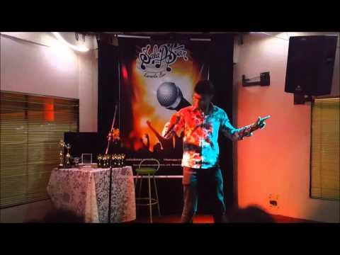 """Ricardo Meira cantando """"Feeling Good"""" no Sala d'Star Karaokê Bar"""