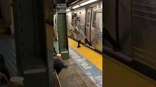 Пранк в метро зажало ногу