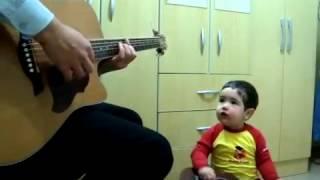 Cậu bé 2 tuổi hát theo bố .... Cực chất.....