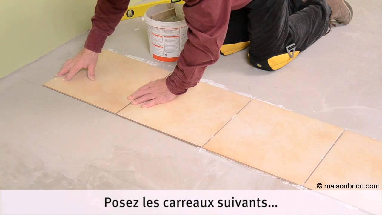Poser du carrelage au sol : pose des carreaux - YouTube