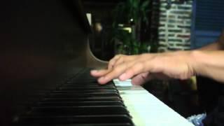 Chàng trai bán vé số lướt phím đàn piano tại Yesterday Piano Cafe