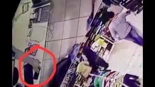Fingió ser un cliente y se robó el teléfono de una vendedora