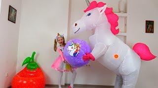 Polina ha recibido como el regalo el Unicornio gigantesco con sorpresas