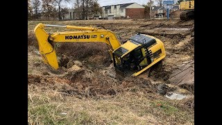 Gambar cover Stuck Trackhoe Excavator Busts Water Main! Worst Driver Ever!