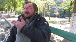 Безногий бездомный живет в Мариуполе на лавке
