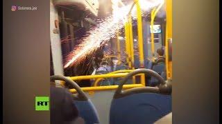 Disparan un cohete de fuegos artificiales al interior de un autobús