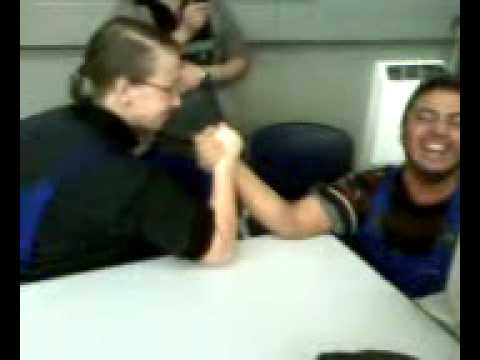 Frau schlägt Mann beim Armdrücken! - YouTube