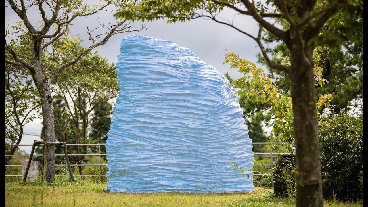岩の空(ROCK A SKY) 紫外線に反応し、空の青さを映す彫刻