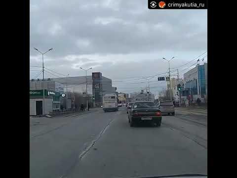 """Автобус с пассажирами выезжает на """"встречку"""""""