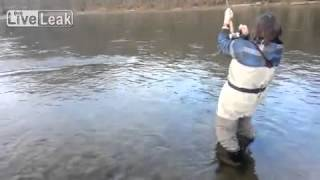 Девушка-рыболов.  Девушка испугалась рыбу, которую она поймала!