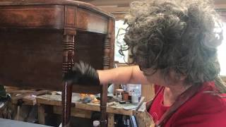 Revealing the wood with the french polisher