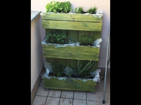 Orto aromi in bancale orto verticale sul balcone vertical bancal vegetable garden youtube - Creare un giardino sul balcone ...