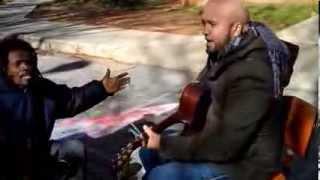 Esto Es Lo Que Pasa Cuando Un Vagabundo Se Cuela Sin Permiso En Un Video Musical.