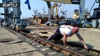 Российский силач сдвинул с места 312 тонный портовый кран
