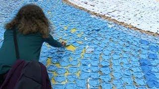 Siswa Yunani Membentuk Mosaik Origami Terbesar