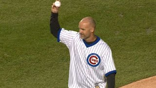 NLCS Gm5: David Ross throws out the first pitch