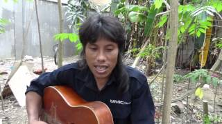 CEBU: FILIPINO CONSTRUCTION WORKER SINGS PLAYS GUITAR LUNCHTIME.