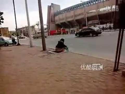 女性がバス停留所で大便?!!!!!!=中国 - YouTube