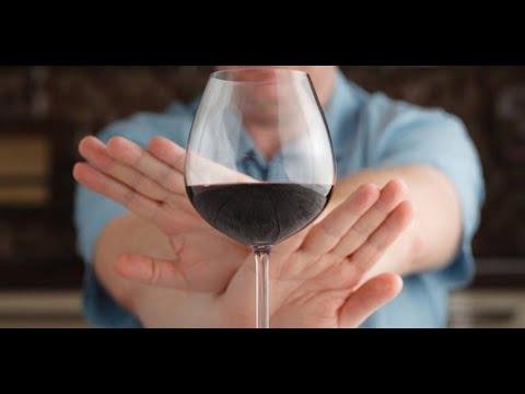 Почти половина россиян перестали покупать алкоголь во время пандемии | пародия «Авиамарш»