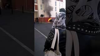 Une voiture qui brûle explosion a 3 reprise devant cher moi !