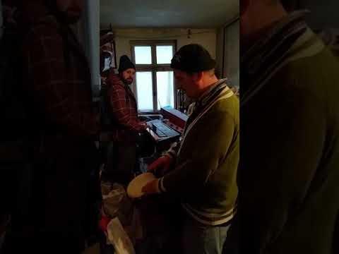 Muzica religioasa cu orga si darabane-jambe