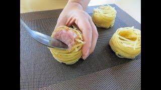 Утрамбовываем фарш в гнезда и добавляем зеленый горошек / Сытное и вкусное блюдо для всей семьи