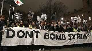 Proteste a Londra contro raid in Siria: oggi il voto alla Camera