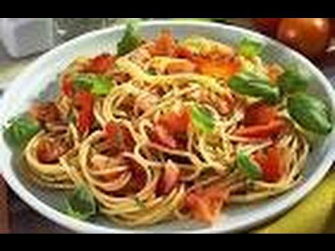 Спагетти с помидорами и базиликом.