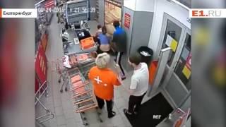 Пойманная на краже в магазине женщина спустя пару часов вернулась и побила сотрудника