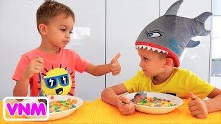Vlad và Nikita chơi với đồ chơi cưỡi trên máy xúc