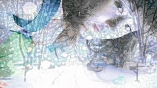 目に染みるわ 水色の風が 私の心を通って行く 慣れない微笑みが 隠しきれない涙を誘う 白い白い悲しみが積もっていく 融かしてほしい...