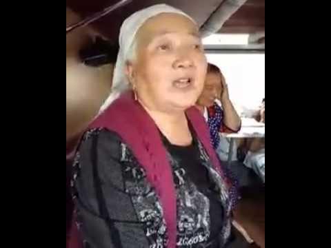 Бабушка читает стих