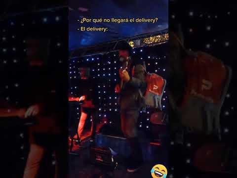 Repartidor de comida tocando en concierto