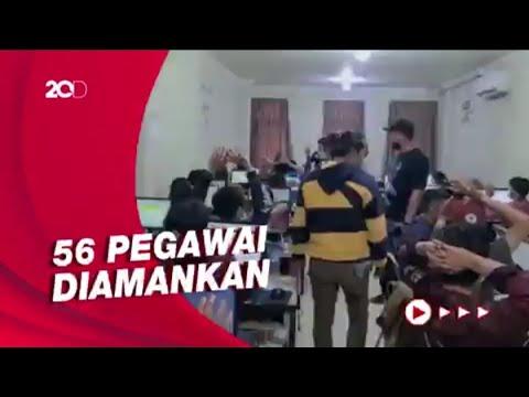 Download Momen Polisi Gerebek Kantor Pinjol di Jakbar, Amankan Puluhan Pegawai!
