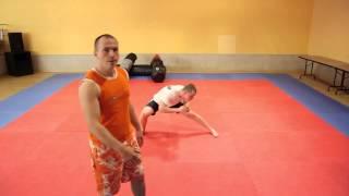Trening rozciągający nogi do kopnięć w sportach walki MMA, Karate, Kick-boxingu